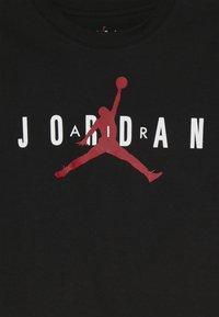 Jordan - BRAND TEE  - Triko spotiskem - black - 3
