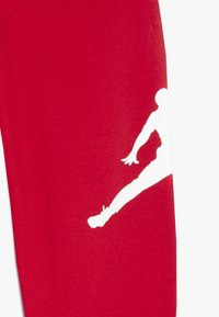Jordan - JUMPMAN LOGO PANT - Teplákové kalhoty - gym red - 3