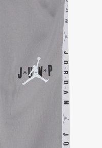Jordan - JUMPMAN SIDELINE TRICOT PANT - Pantalones deportivos - atmosphere grey - 3