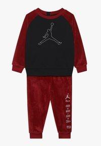 Jordan - JUMPMAN OUTLINE CREW - Survêtement - gym red - 0