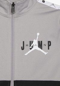 Jordan - JUMPMAN SIDELINE TRICOT JACKET - Sportovní bunda - atmosphere grey - 3