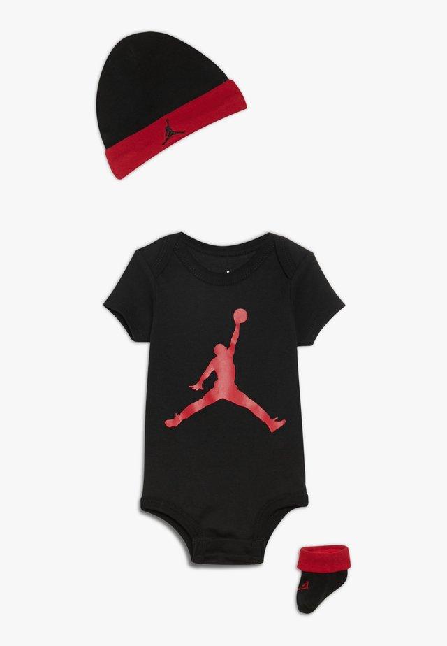 JUMPMAN HAT BOOTIE SET - Čepice - black/gym red