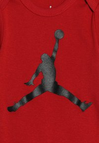 Jordan - JUMPMAN BOOTIE SET - Čepice - gym red/black - 4