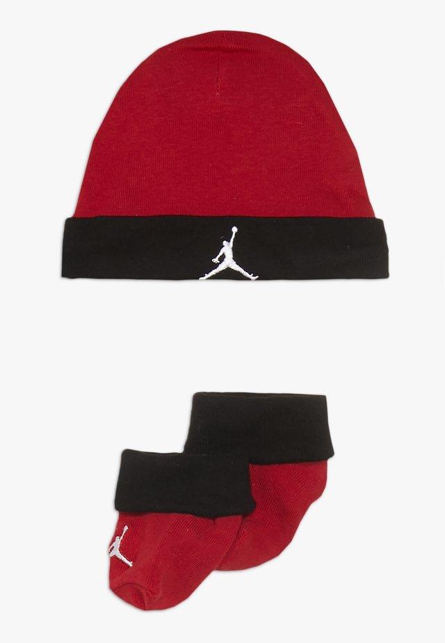 BASIC HAT BOOTIE SET  - Čepice - gym red