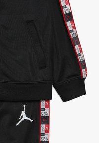 Jordan - LEGACY TRICOT PANT SET - Verryttelypuku - black - 3
