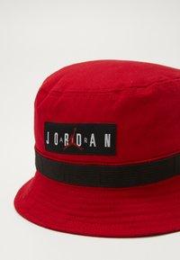 Jordan - UTILITY BUCKET HAT - Hatte - gym red - 2