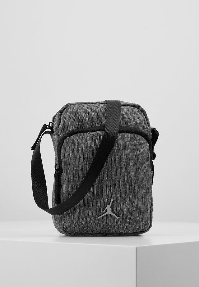 JAN AIRBORNE CROSSBODY - Olkalaukku - carbon heather