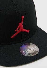 Jordan - JORDAN PRO JUMPMAN SNAPBACK - Keps - black/gym red - 6