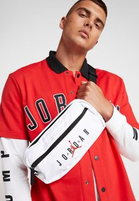 Jordan - AIR CROSSBODY BAG - Ledvinka - white - 1