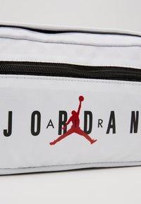 Jordan - AIR CROSSBODY BAG - Ledvinka - white - 7