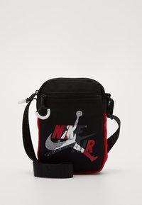 Jordan - JUMPMAN CLASSICSFESTIVAL BAG - Olkalaukku - black/gym red - 0
