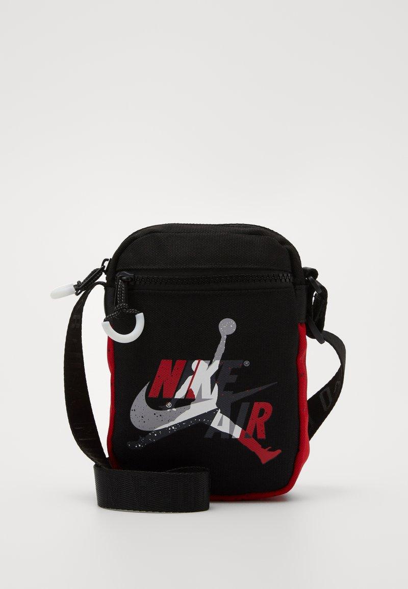 Jordan - JUMPMAN CLASSICSFESTIVAL BAG - Olkalaukku - black/gym red