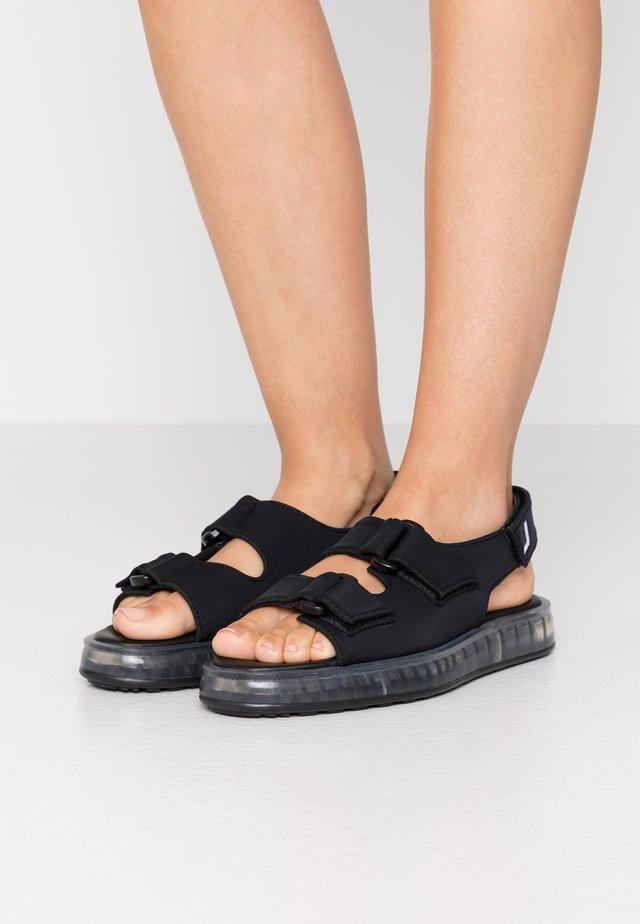 AIR - Sandaalit nilkkaremmillä - black