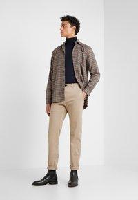JOOP! Jeans - STEHEN - Chino kalhoty - beige - 1