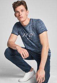 JOOP! Jeans - THORSTEN-S - T-shirt imprimé - navy - 2