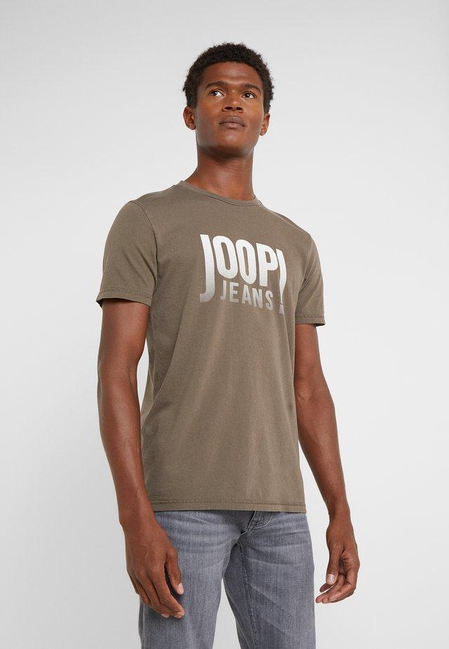 ARAMIS  - T-SHIRT - T-shirt con stampa - oliv