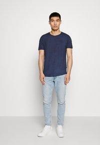 JOOP! Jeans - CLARK - Triko spotiskem - navy - 1