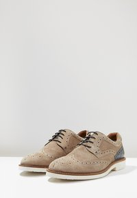 JOE BROWNS - LIGHTWEIGHT BROGUE - Volnočasové šněrovací boty - beige - 2