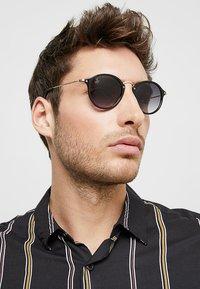 Jeepers Peepers - CASPER - Sluneční brýle - black/gold-coloured - 1