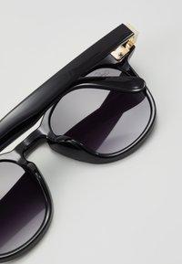 Jeepers Peepers - Sluneční brýle - black/gold-coloured - 2