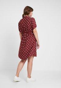 JUNAROSE - by VERO MODA - JRTRACY KNEE DRESS - Košilové šaty - madder brown/white - 2