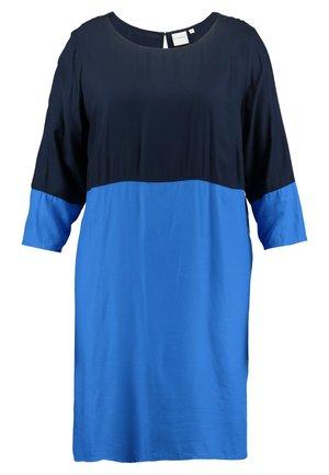 JRAZKIA 3/4 SLEEVE KNEE DRESS - Denní šaty - nebulas blue/navy blazer