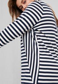 JUNAROSE - by VERO MODA - RISE ABOVE DRESS - Žerzejové šaty - navy blazer/snow white - 5
