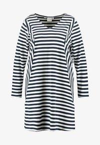 JUNAROSE - by VERO MODA - RISE ABOVE DRESS - Žerzejové šaty - navy blazer/snow white - 4