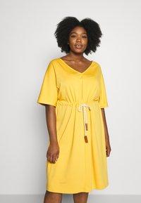 JUNAROSE - by VERO MODA - JRADORA BELOW KNEE DRESS  - Denní šaty - golden apricot - 0