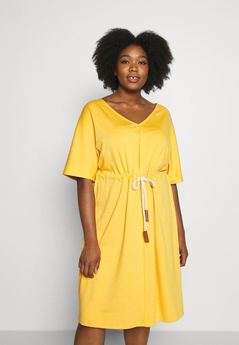 JUNAROSE - by VERO MODA - JRADORA BELOW KNEE DRESS  - Denní šaty - golden apricot