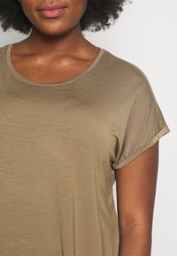 JUNAROSE - by VERO MODA - JRSOFIE O-NECK - T-shirt basique - covert green - 5