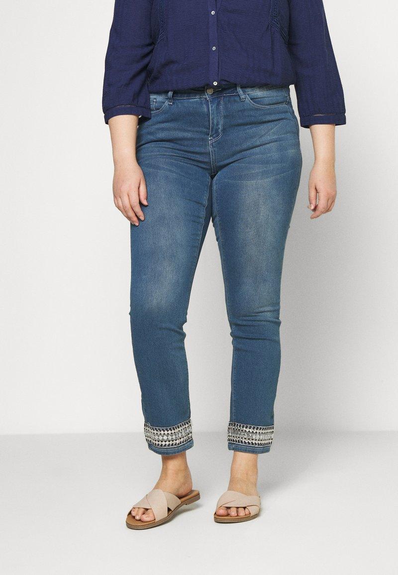 JUNAROSE - by VERO MODA - JRFIVE AVOLA ANKLE - Jeans Skinny Fit - medium blue denim