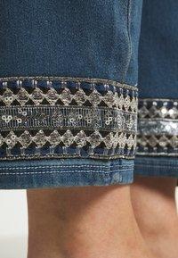 JUNAROSE - by VERO MODA - JRFIVE AVOLA ANKLE - Jeans Skinny Fit - medium blue denim - 4