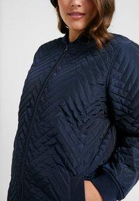 JUNAROSE - by VERO MODA - JRBRIZE QUILTED JACKET - Krátký kabát - navy blazer - 7