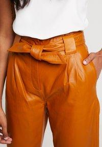 JUST FEMALE - SAGO TROUSERS - Pantaloni di pelle - pumkin spice - 5