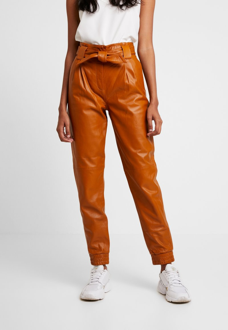 JUST FEMALE - SAGO TROUSERS - Leather trousers - pumkin spice