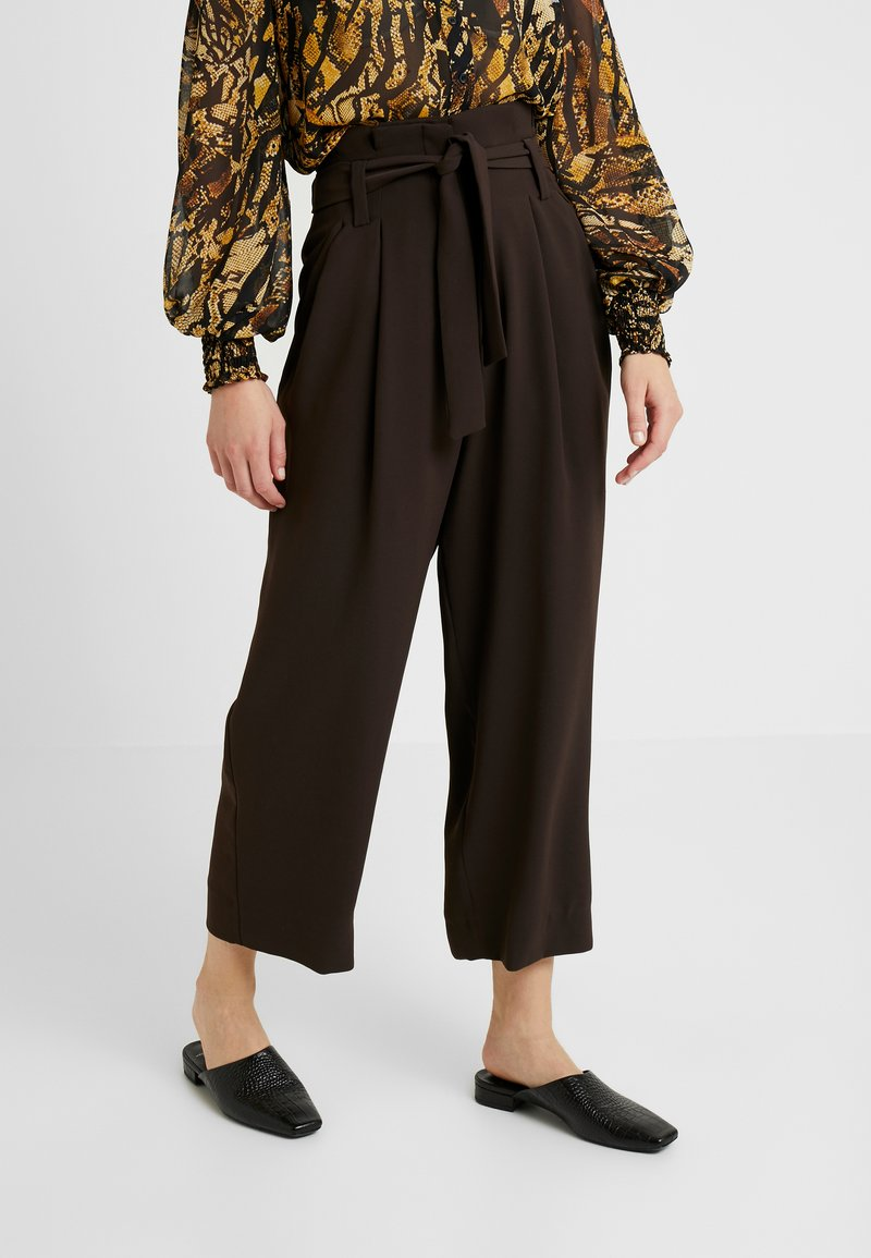 JUST FEMALE - ODETTE TROUSERS - Trousers - coffee bean