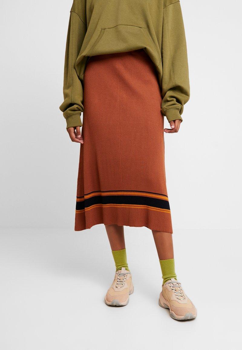 JUST FEMALE - VINDIS SKIRT - Maxi skirt - pumkin spice