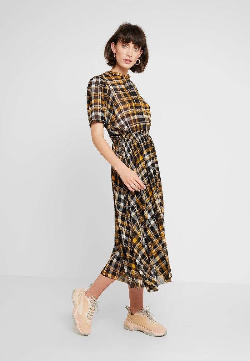 JUST FEMALE - BRIX DRESS - Maksimekko - black/yellow