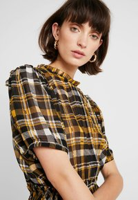 JUST FEMALE - BRIX DRESS - Maksimekko - black/yellow - 4