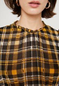 JUST FEMALE - BRIX DRESS - Maksimekko - black/yellow - 6