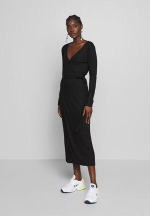 EDDA WRAP DRESS - Pletené šaty - black