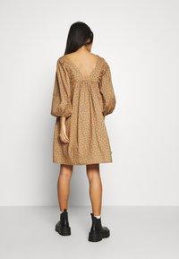 JUST FEMALE - MERLE DRESS - Korte jurk - khaki - 3