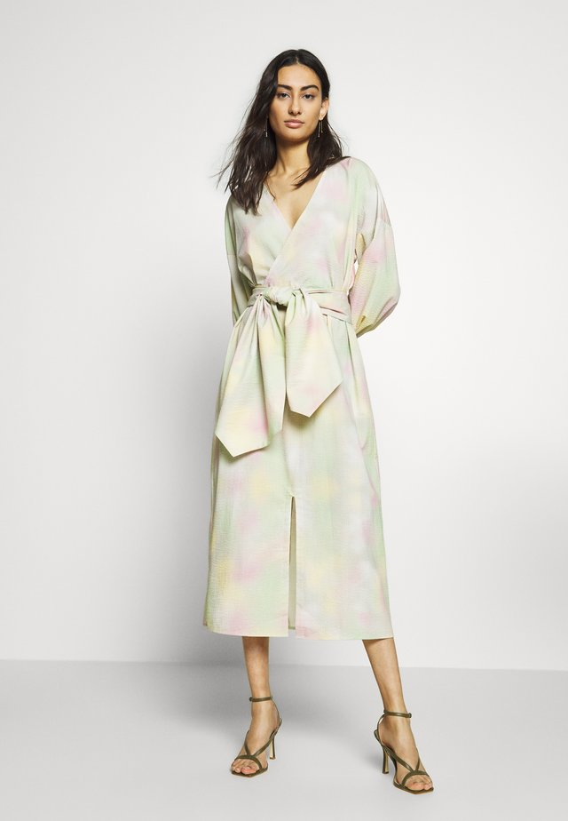 NIKKI MAXI DRESS - Freizeitkleid - pastel tie dye
