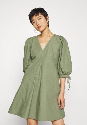 NANITA DRESS - Denní šaty - clover