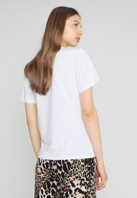 JUST FEMALE - MAI TEE - T-shirt imprimé - white - 2