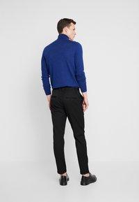 Junk De Luxe - STRETCH CLUB PANTS - Stoffhose - black - 2