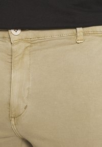 Junk De Luxe - ELASTICATED WASHED PANTS - Chinos - light khaki - 4