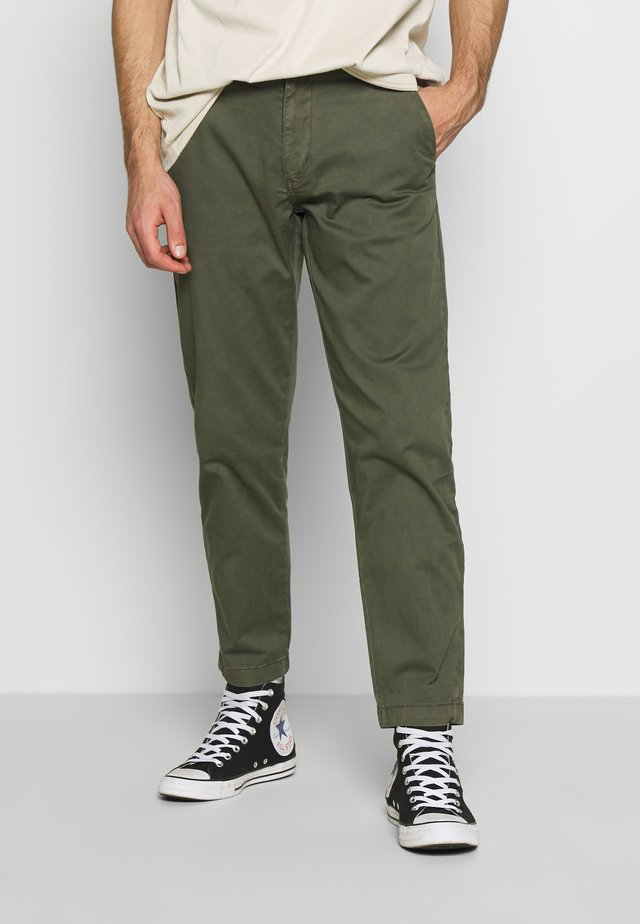 ELASTICATED WASHED PANTS - Chinos - army