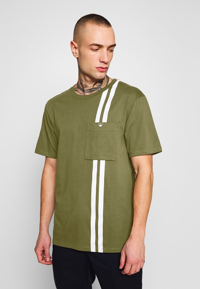 CONTRAST STRIPE TEE - T-shirt med print - army